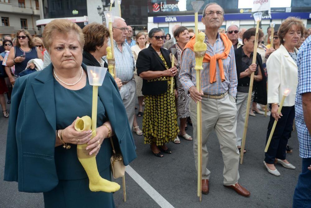 San Roque vuelve a la iglesia parroquial tras la procesión en Vilagarcía - La imagen del santo fue acompañada por centenares de devotos en un recorrido solemne que acabó en la plaza de España