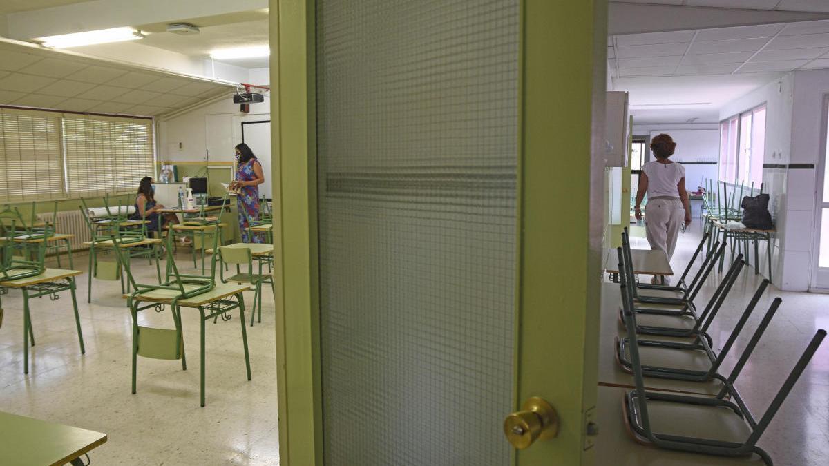 Varios trabajadores y profesores de un centro preparan las clases.