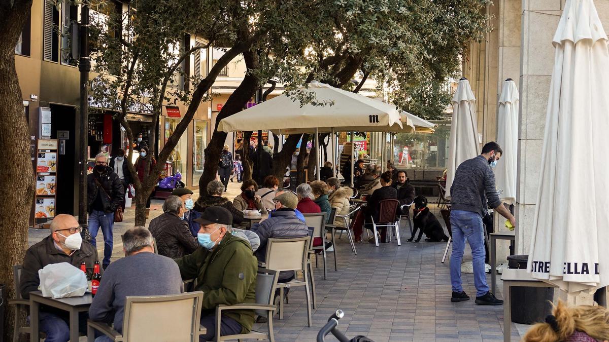 Imagen de la Plaza Santa Clara de Castelló durante la pandemia del coronavirus.