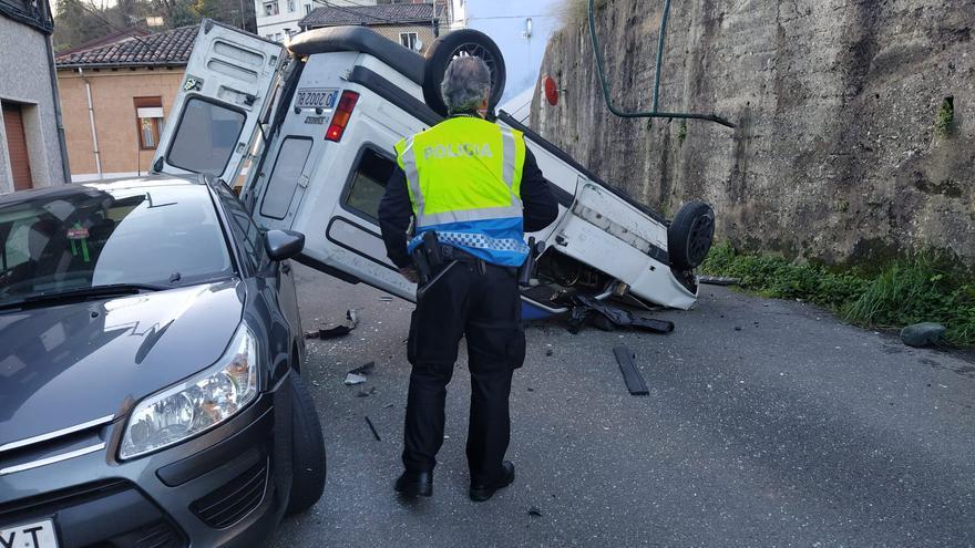 Impactante accidente en Langreo: una furgoneta cae desde dos metros en La Joécara y los ocupantes abandonan el lugar