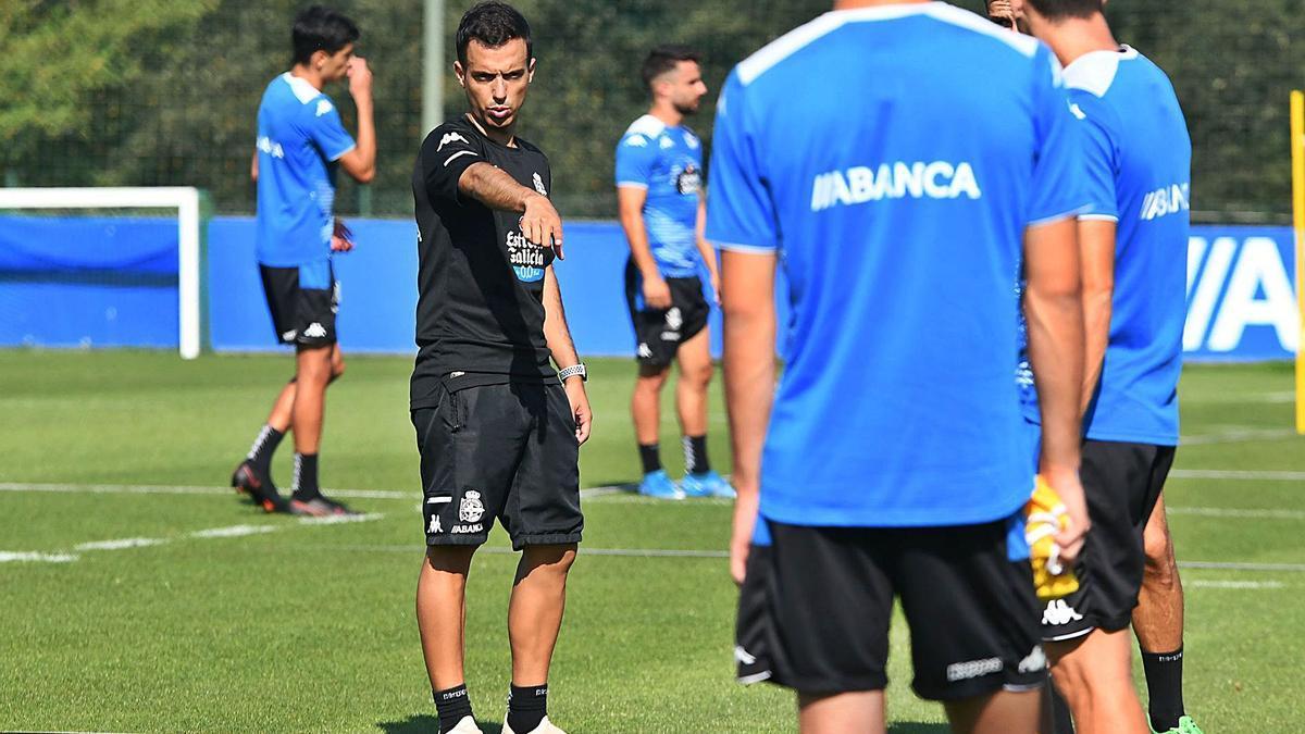 Borja Jiménez da instrucciones durante un entrenamiento en la ciudad deportiva de Abegondo. |  // ARCAY / ROLLER AGENCIA
