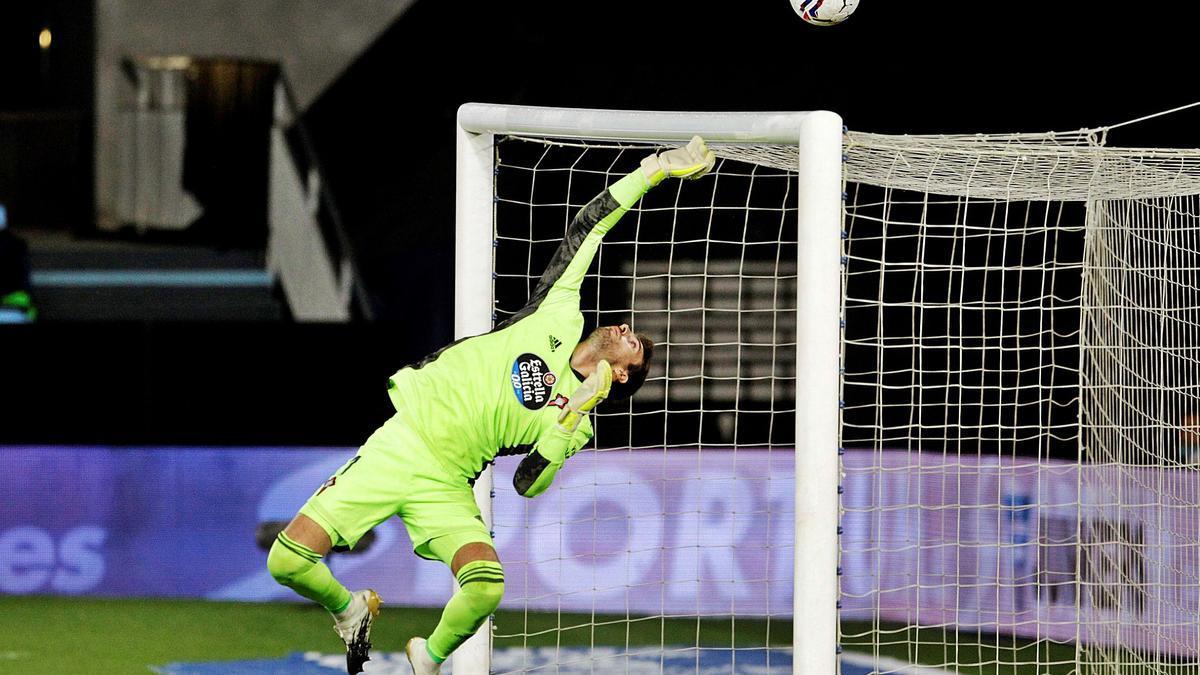 Iván Villar despeja unlanzamiento contra laportería del Celta. // EFE