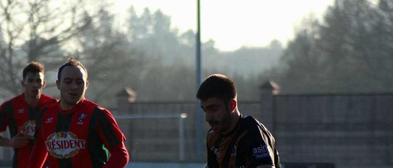 Champi conduce el balón durante el partido de la UD Ourense en Vilalba. // El Progreso