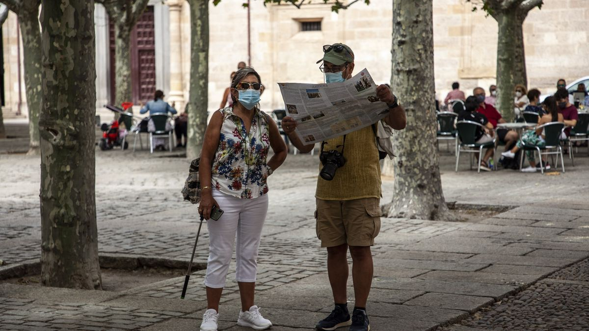 Dos turistas observan un mapa de Zamora durante este pasado verano.