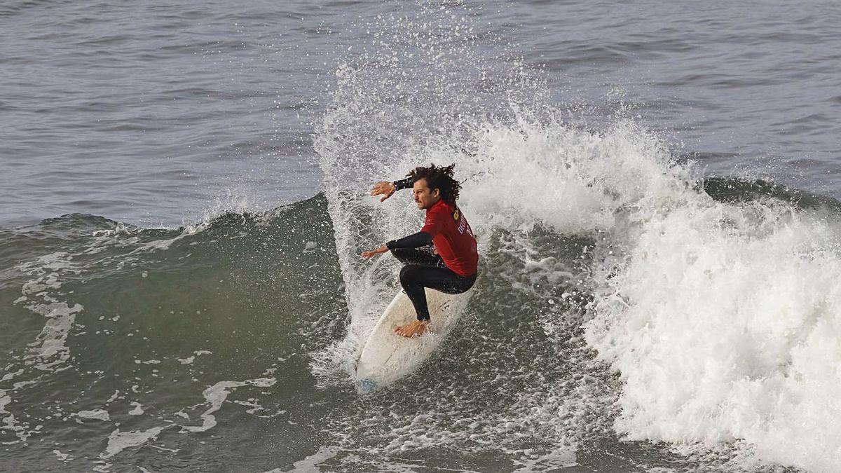 Uno de los participantes en la Copa Galicia de surf, ayer, en la playa de Patos. |  // ALBA VILLAR