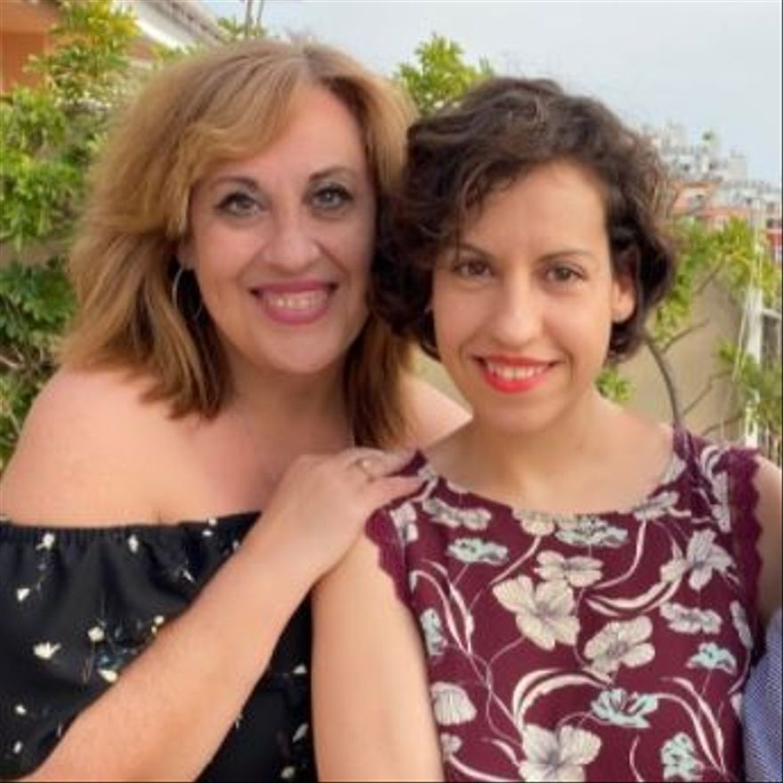 La profesora Carmen Conde, con una de las entrevistadas.