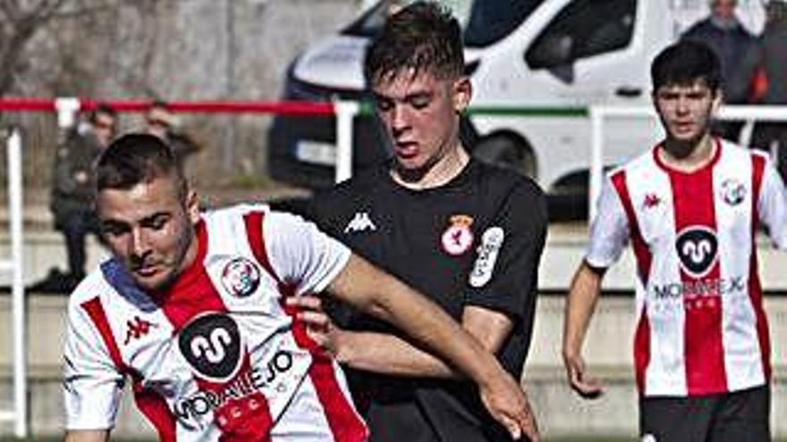 Un jugador del Zamora controla el balón ante un rival.