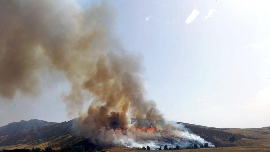 Declarado nivel 1 en un incendio en Navalacruz (Ávila) tras arder un coche en un arcén