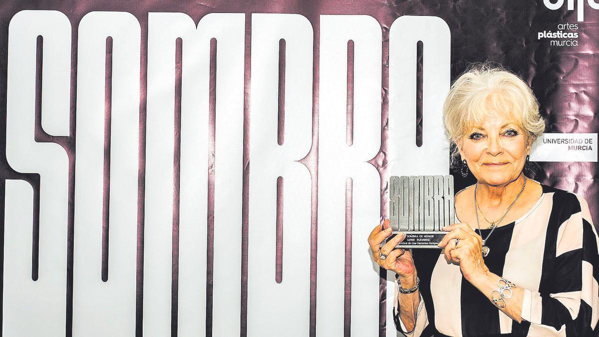 Lone Fleming posa con el Sombra de Leyenda en el photocall del festival