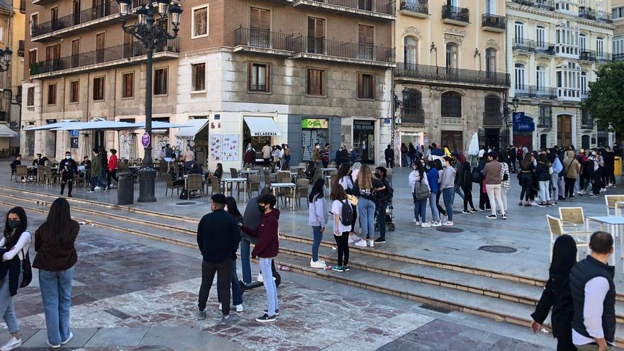 Más de cien personas hacen cola para comprar gofres con forma de pene en València