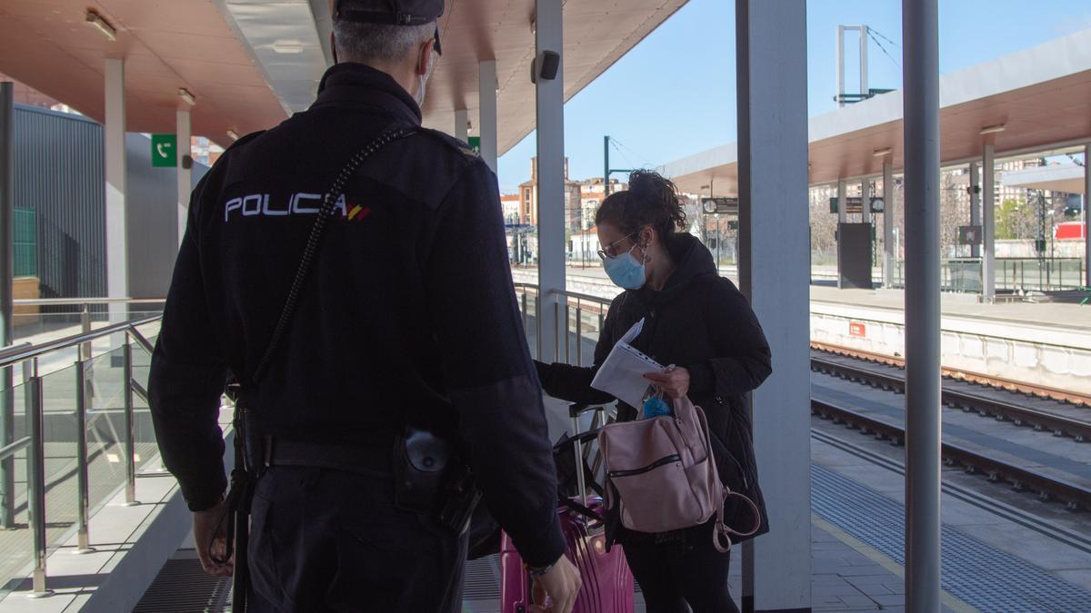 Llegada de viajeros en el tren durante las restricciones motivadas por la pandemia