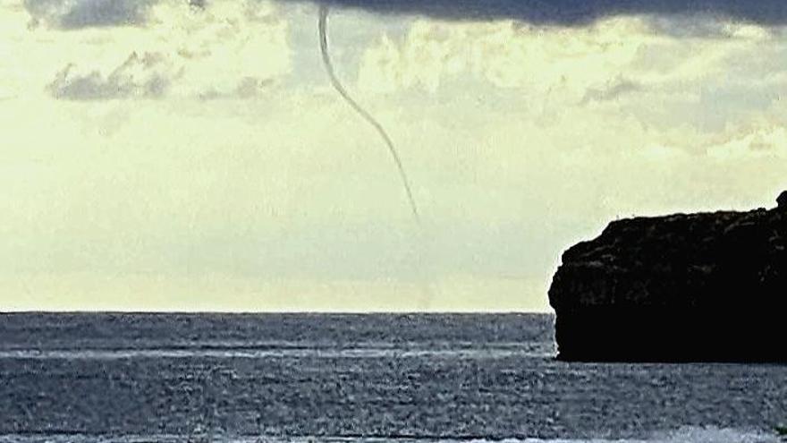 Espectacular manga de agua en el Cap Negre de Xàbia