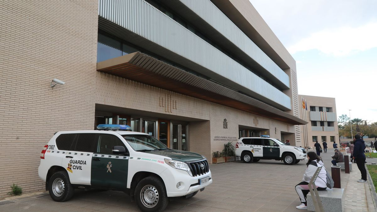 Vehículos de la Guardia Civil apostados a la entrada de la Ciudad de la Justicia de Castelló.