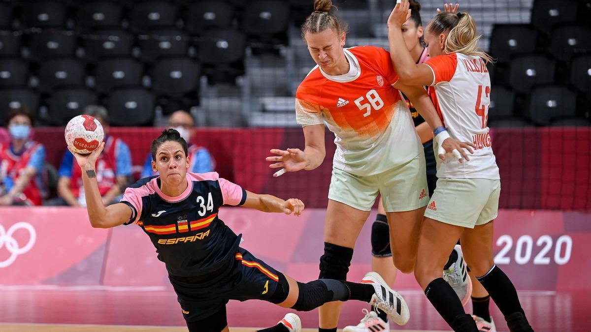 Alicia Fernández lanza a portería ante Hungría.