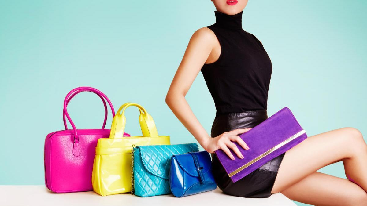 Bolsos de diversos modelos y colores.