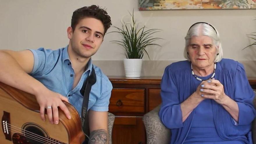 """Fallece la abuela de Oskar Proy, el australiano que hizo viral el """"Asturias Patria Querida"""" en un concurso televisivo"""