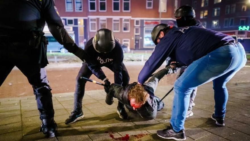 Tercera noche de disturbios en Países Bajos