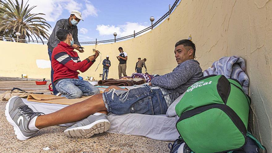Lloret exige que los contactos estrechos de los migrantes no salgan de El Matorral