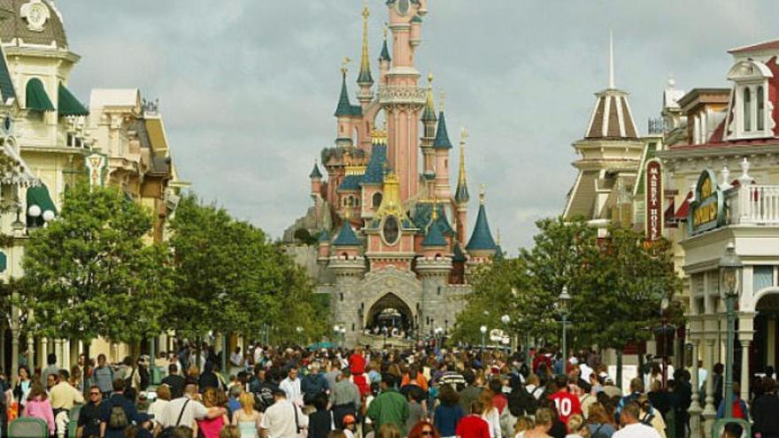 Reserva un viaje a Disneyland París con la tarjeta de su padre mientras dormía