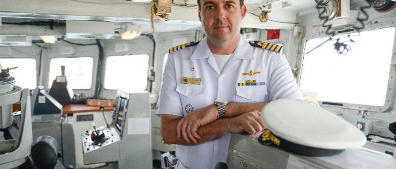 El comandante Garriga Pires, en el puente de mando del buque.
