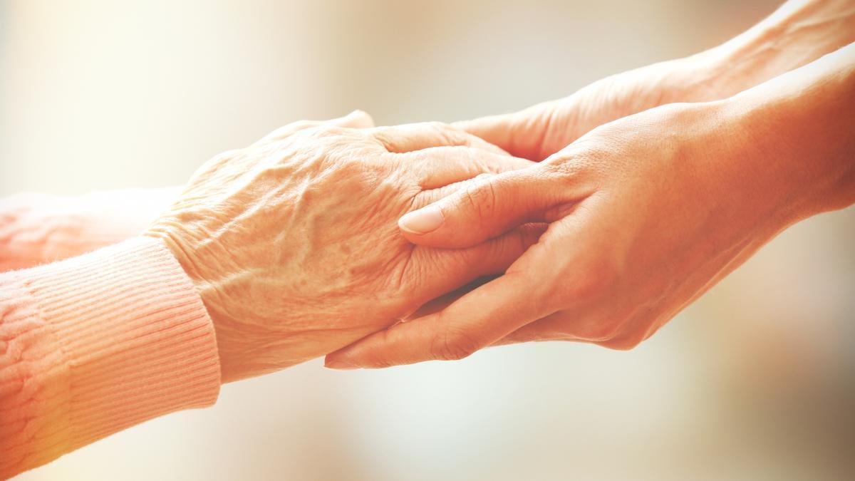 Los cuidados de las personas mayores son una tareas esenciales de una sociedad.