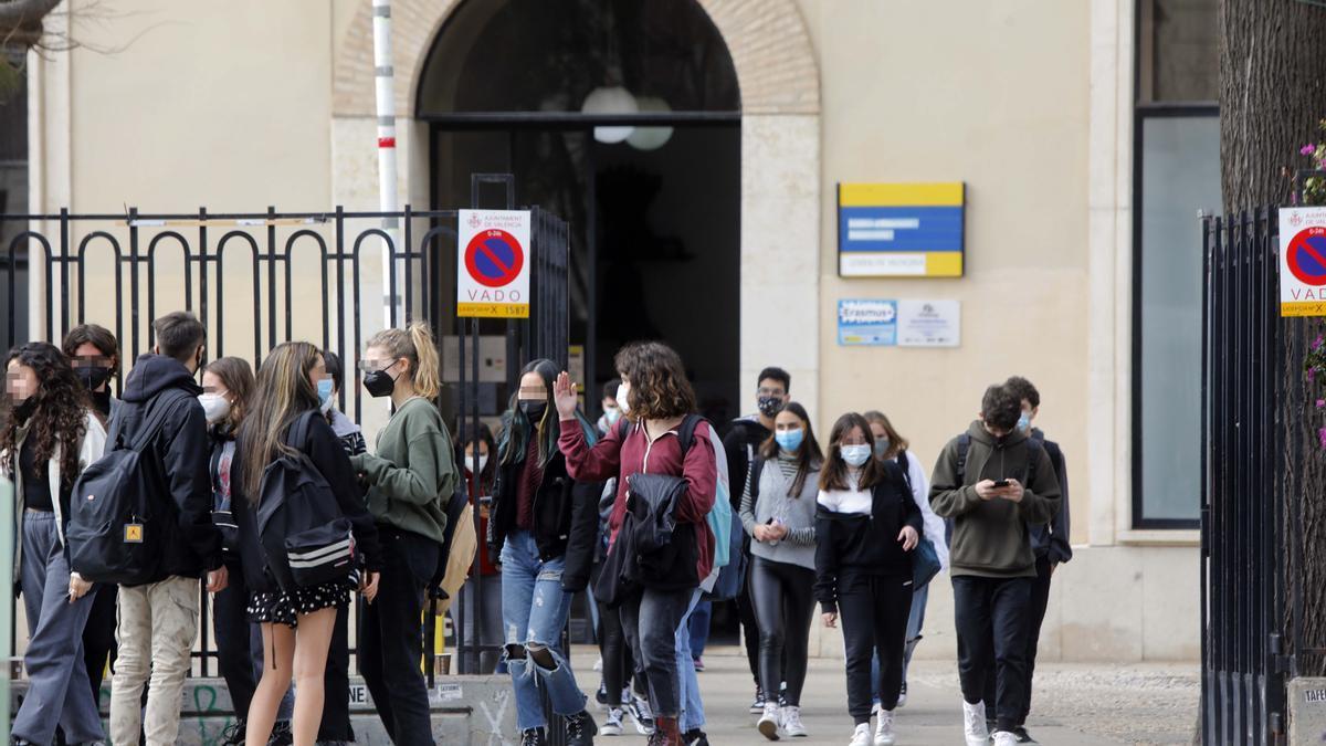 Estudiantes a las puertas del instituto.