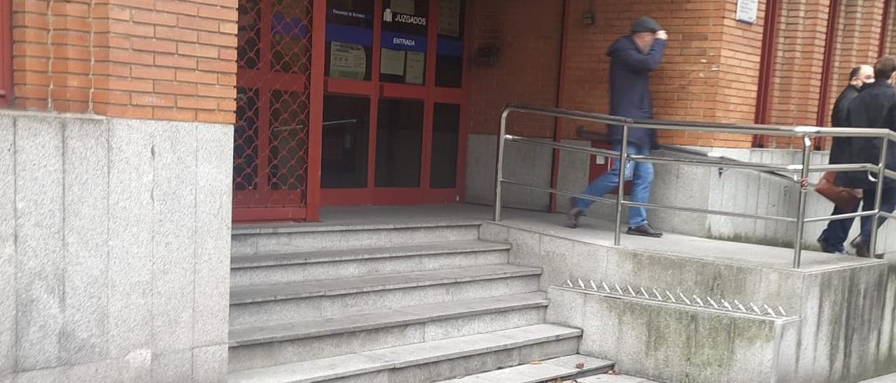 Uno de los investigados, a la salida del juzgado