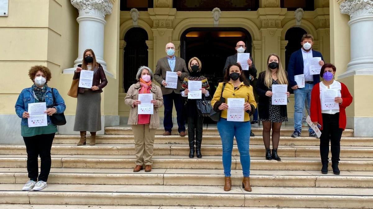 Miembros de la plataforma ciudadana, en el Ayuntamiento de Málaga.