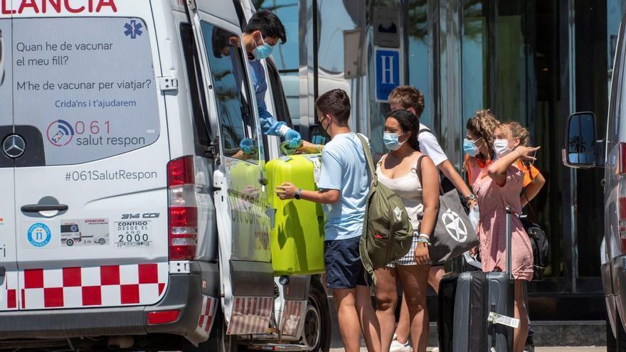 Nueve estudiantes de la península, hospitalizados en Palma tras dar positivo en covid