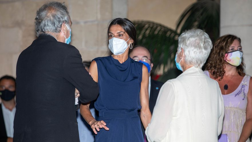 La Reina olvida el luto con vestido de seda en Atlàntida Film Festival