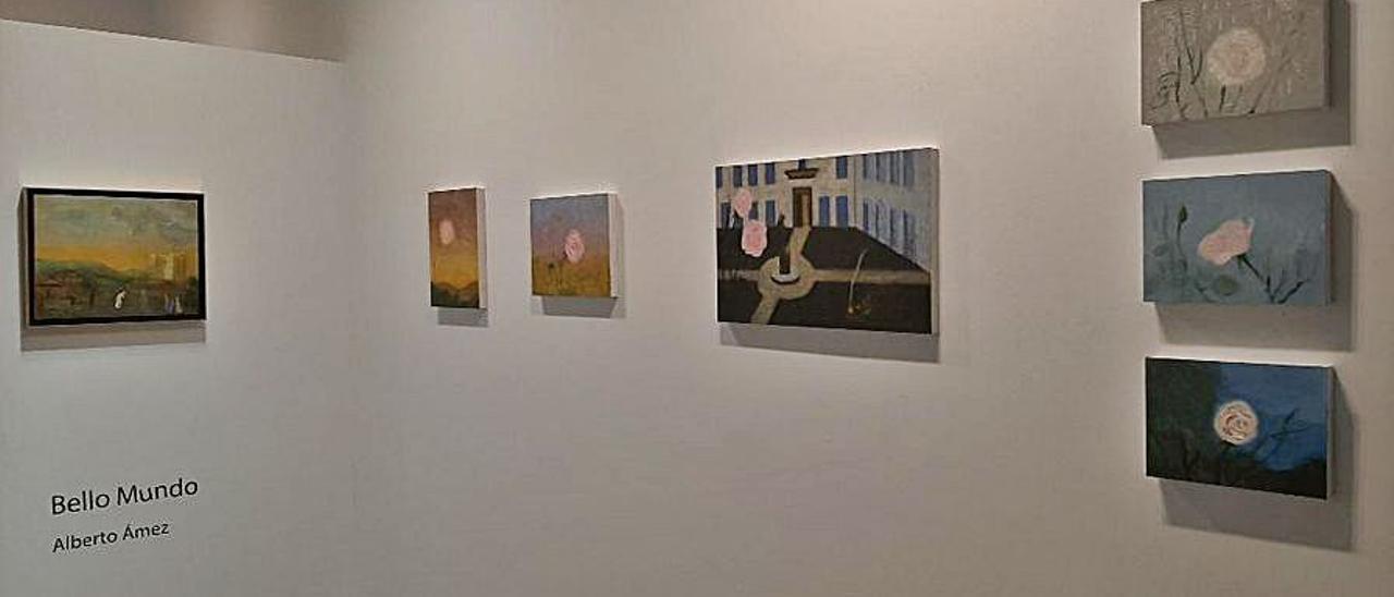 """Vista de la muestra, con """"Viacrucis en un barrio"""" y obras de la serie """"Suite de las rosas""""."""
