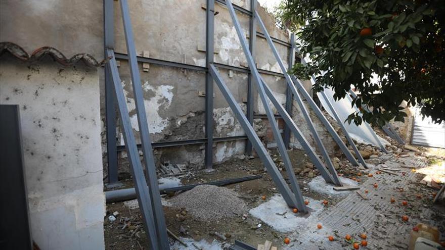 Urbanismo fija las pautas para restaurar la muralla derrumbada en la calle San Fernando