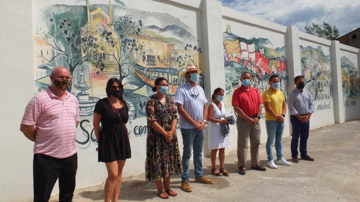 La artista y las autoridades municipales, durante el acto de inauguración.