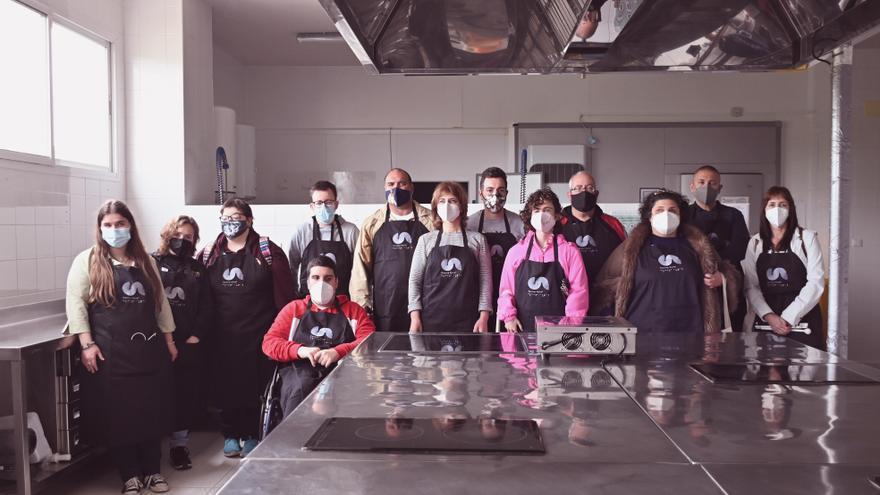 Personas con discapacidad visual participan en el proyecto Cocina Aural en Lucena