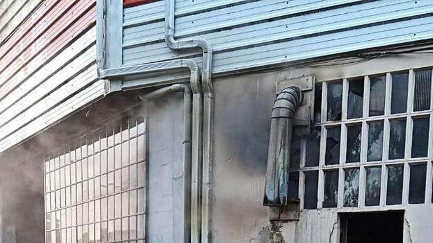 Un incendio quema parte de una carpintería en Cruces y daña otra nave
