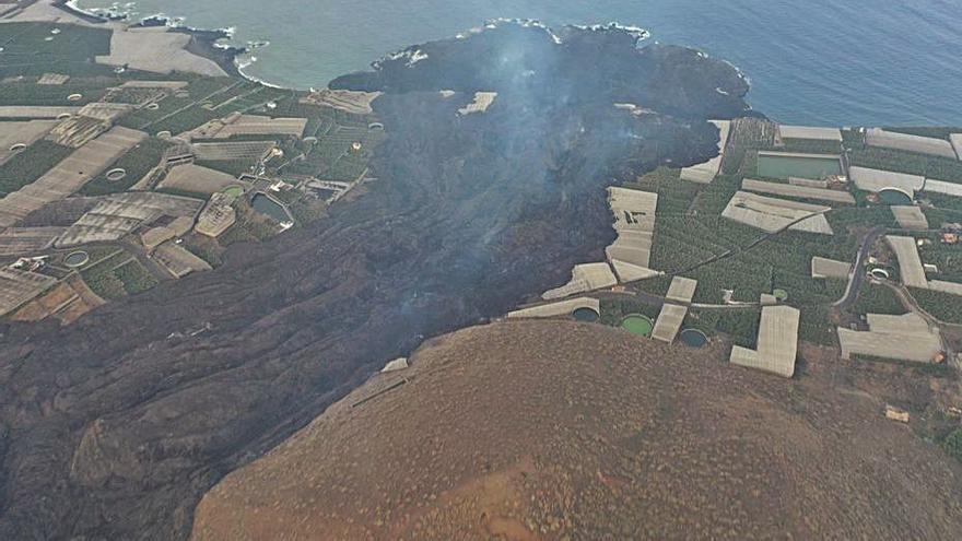 La lava del volcà de La Palma arrossega pedres de la mida de cases de tres pisos