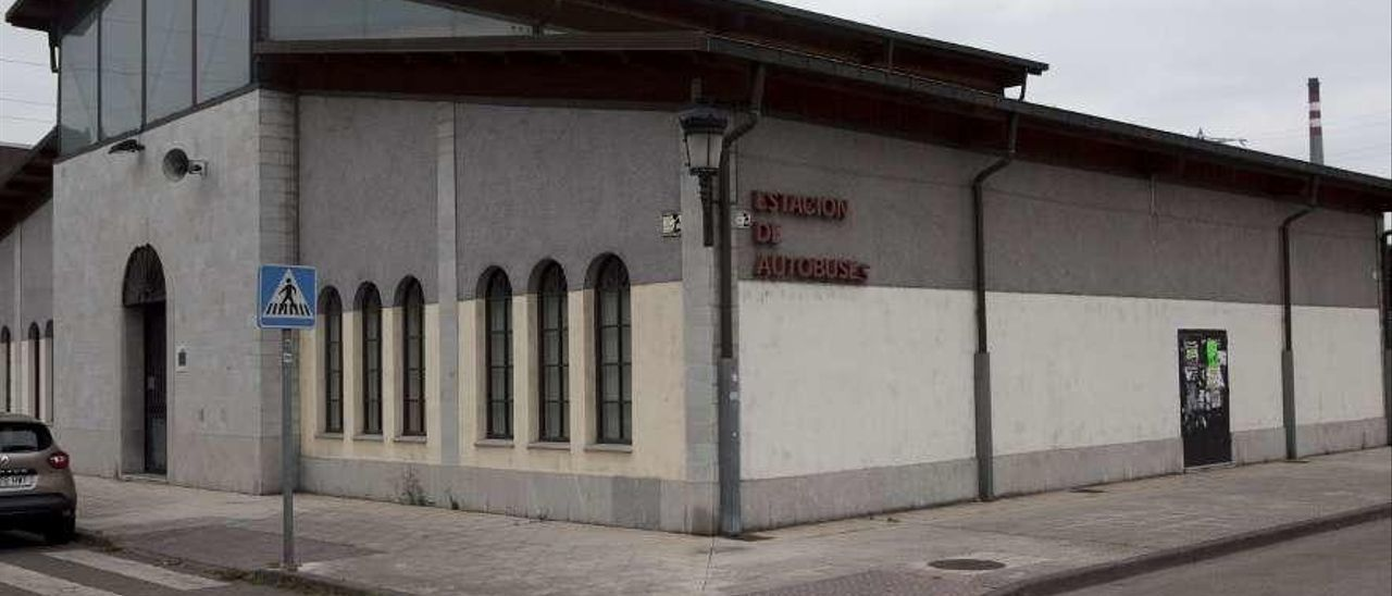 El edificio de la estación de autobuses de Langreo, sin uso desde hace seis años.
