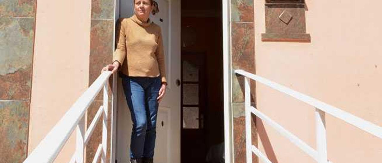 Begoña Pérez, a las puertas de la casa de sus padres, el miércoles
