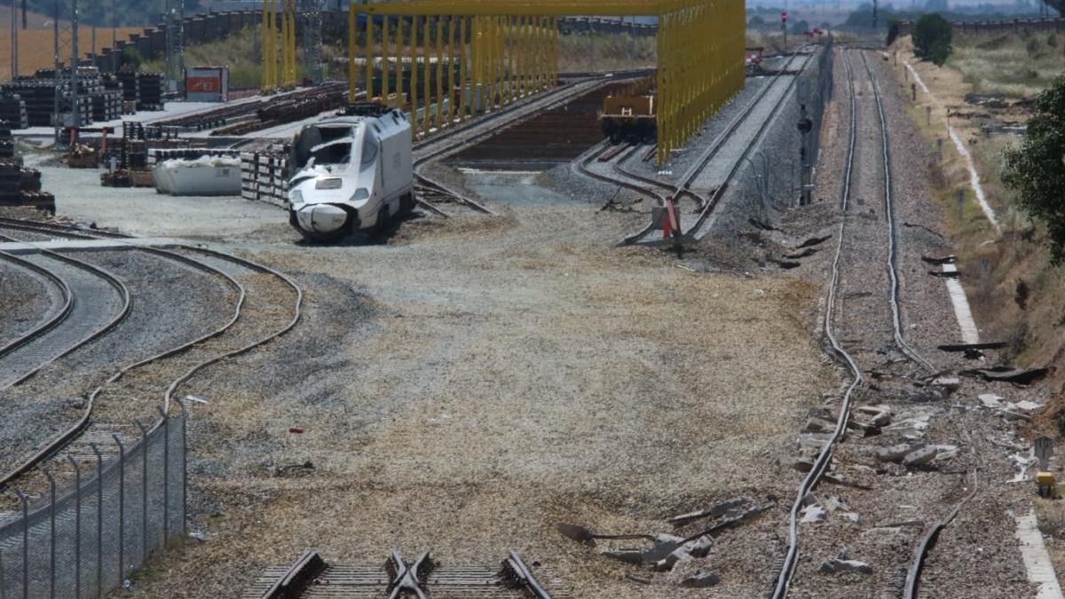 La locomotora más dañada, en la base de La Hiniesta
