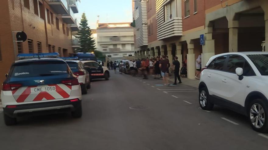 Moment de la protesta per les molèsties que generen uns okupes al carrer Gaudí de Santpedor