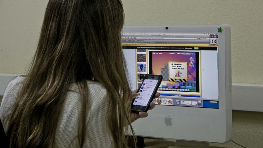Escuela de familia en Elche para detectar las adicciones al móvil y los videojuegos de los adolescentes