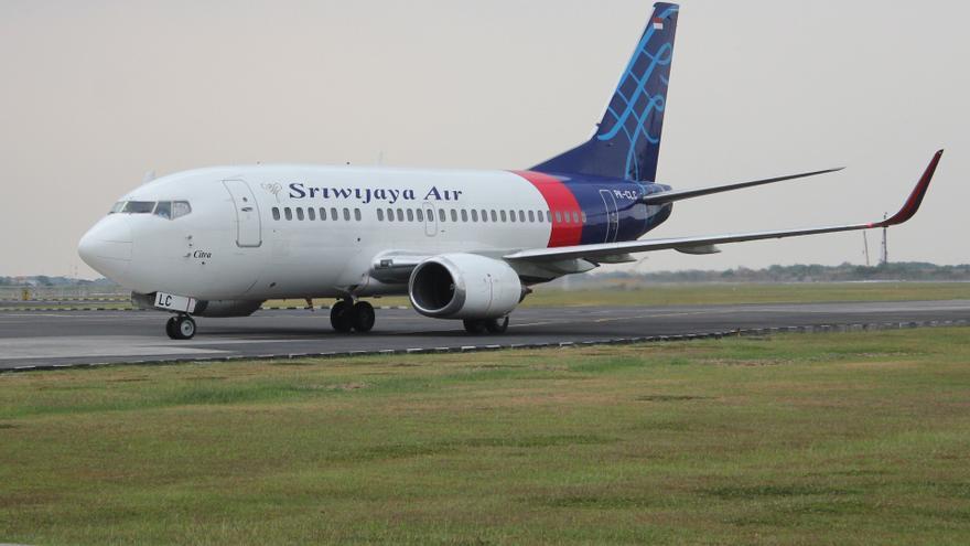 Indonesia confirma el accidente del Boeing con 62 personas que perdió 3.000 metros de altitud en un minuto