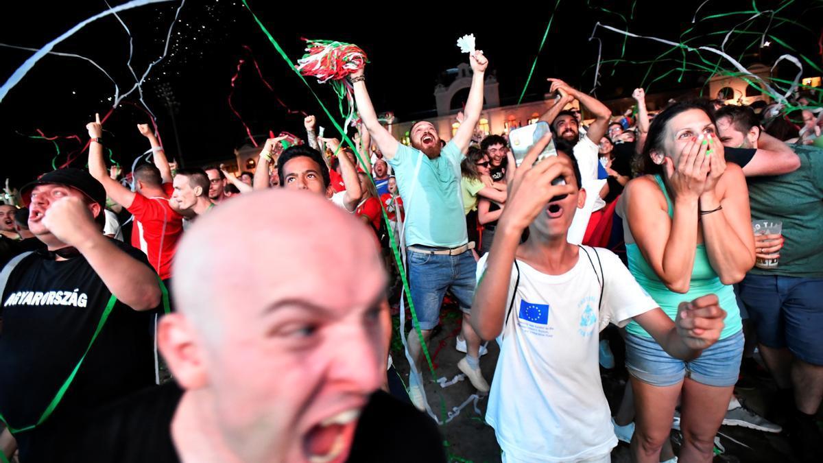 Aficionados viven el partido de Eurocopa entre Hungría y Alemania.