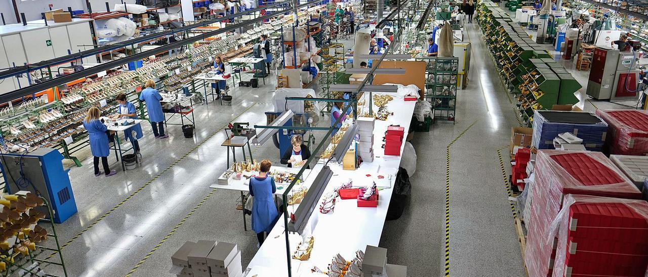 Una fábrica de calzado en Elda, uno de los centros de producción del sector en la provincia. | AXEL ÁLVAREZ