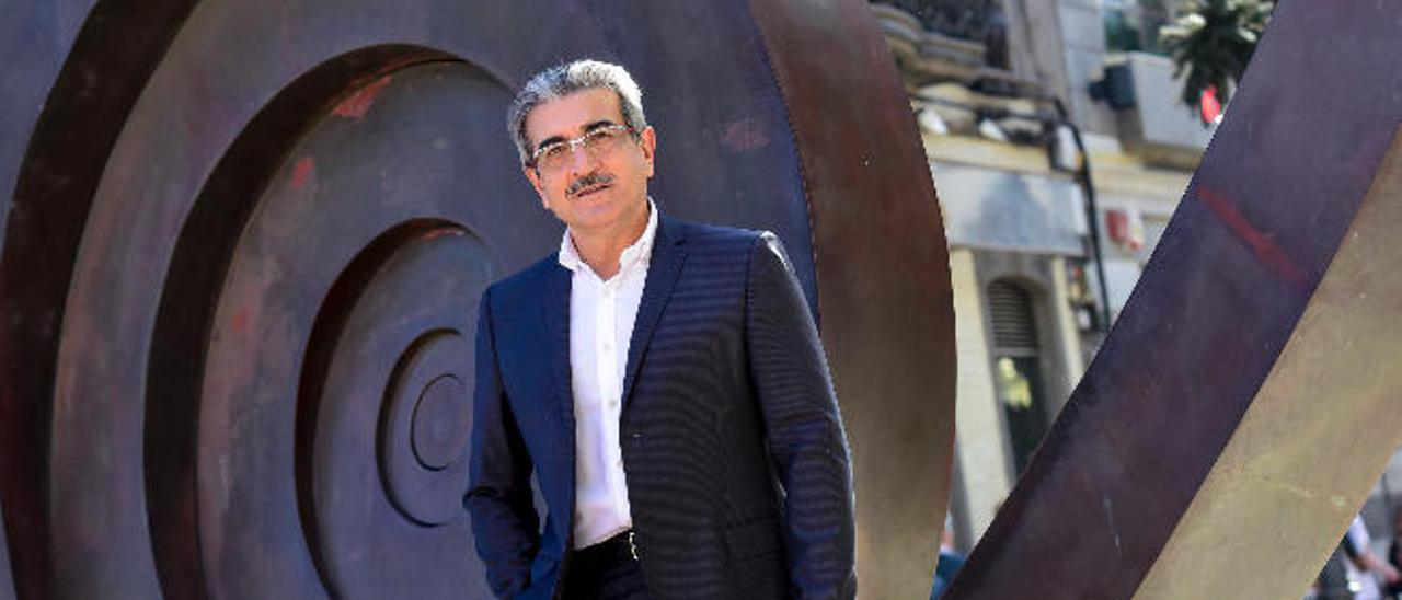 Román Rodríguez posa para la entrevista en la calle Triana.