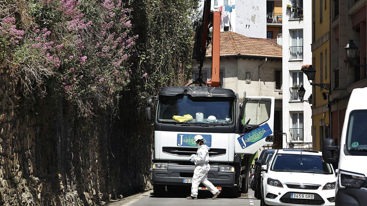 Un operario, junto al camión grúa con el que se iniciaron ayer los trabajos para recuperar la muralla medieval. | Luisma Murias