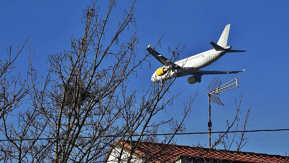 Un avión sobrevuela O Burgo. |   // VÍCTOR ECHAVE