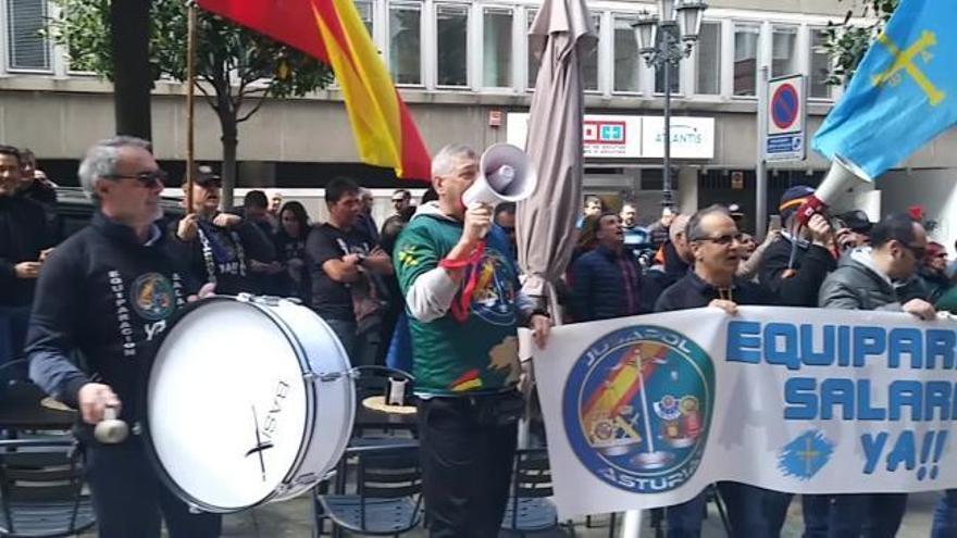 """Agentes ante la sede del PSOE: """"Nos quieren engañar, no nos equiparan"""""""