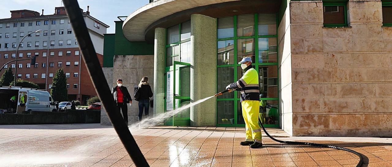 Un operario desinfectando el exterior del centro de salud de La Magdalena, el pasado octubre. | Mara Villamuza