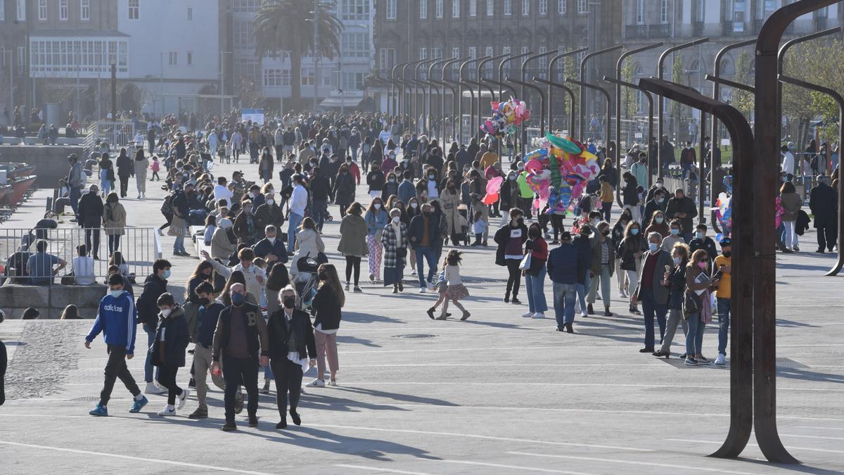 Gran afluencia de personas al aire libre en la Marina coruñesa. / Carlos Pardellas